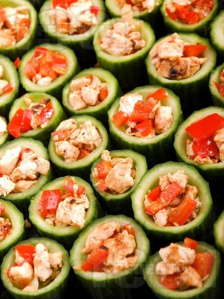 Коктейлни хапки от пълнени краставици с пиле, домати и чушки - снимка на рецептата